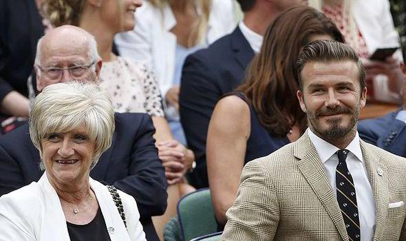 Express.co.uk nuotr. David Beckham su mama stebi Vimbldono teniso turnyro varžybas.